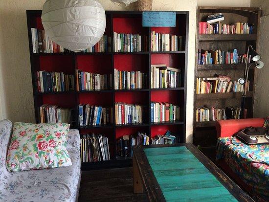 Wada Hostel: Bibliothek