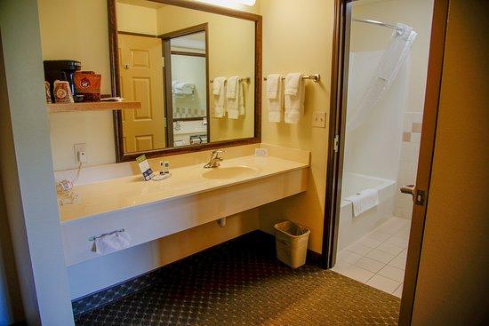 Havre, MT: Spacious Bathrooms