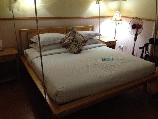 Shangri-La Hotel Uganda Ltd.: ダブルベットで蚊帳が付いています。