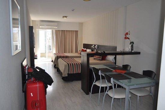 Icaro Suites: Amplia comoda con balcon y kitchenette! el baño hermoso!
