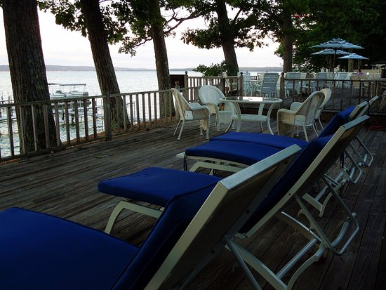 Churchill Pointe Inn: Deck overlooking Hubbard Lake