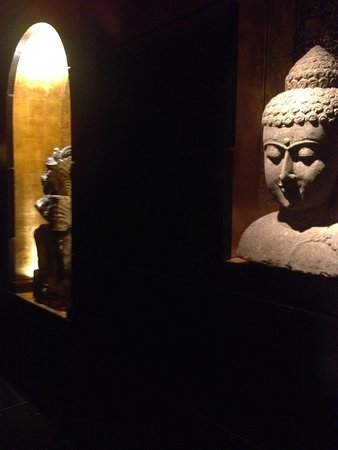 Sanctuary Hotel New York: Egyptian Guardians of the Corridor