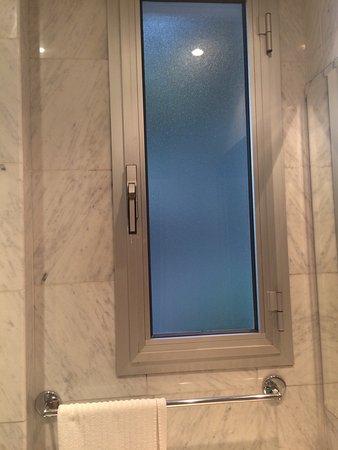 Hotel & Residence dei Duchi: Testiera letto. Poltrona vintage. TV con frigobar. Finestra bagno. Balcone