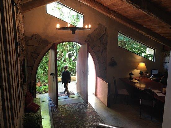Poas Volcano Lodge: Recepción y acceso