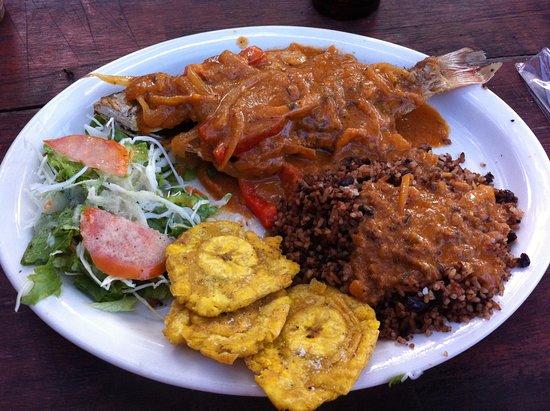 Manzanillo, Costa Rica: Gallo pinto con maduros y pescado en salsa. Rice and beans with fish in sauce