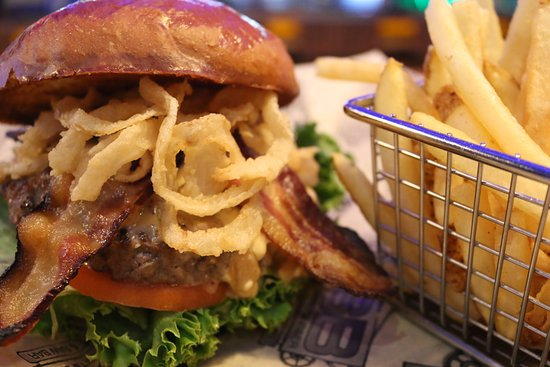 Auburn, WA: A burger at BSB & Raw Bar