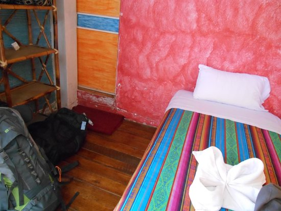 Otavalo Huasi II: Comfortable bed, but dingy bathroom