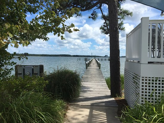 Piney Point, MD: There's a pier between the hotel and restaurant. A beautiful heron flew in a we looked!