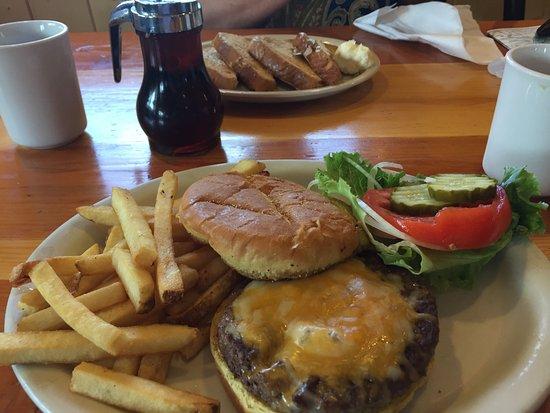 Walden, CO: Moose-Burger mit Pommer und Frenchtoast (im Hintergrund)