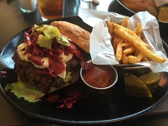 Bernalillo, Nuevo Mexico: Green Chile Cheeseburger -- yum!!!