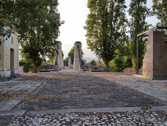 Sessa Aurunca, Italia: Prospettiva della vecchia strada ed il ponte