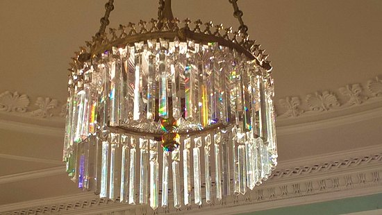Coul House Hotel: Beautiful crystals ... in the drawing room.