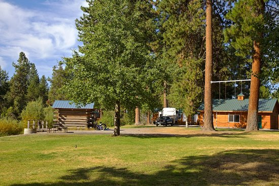 Fort Klamath, OR: Cabins, play area and RV site next to the Fort Creek.