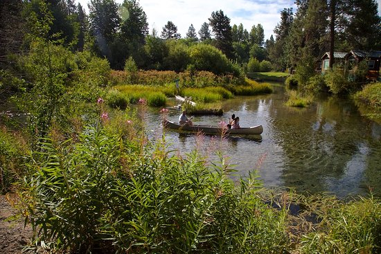 Fort Klamath, OR: Family enjoying canoeing on Fort Creek.