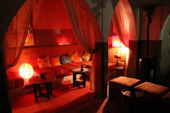 Dar Kamar Zamane: Lounge bij het zwembad, 'savonds