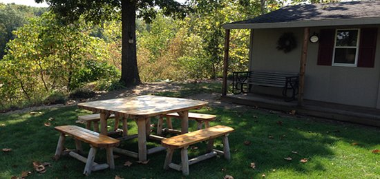 Attica, IN: Pond House Vacation Rental Picnic Table