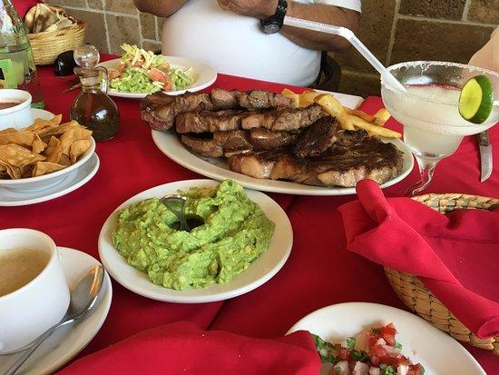 Hoy hemos comido en El Gaucho. Todo buenisimo, la carne, la ensalada, el guacamole. Impresionant