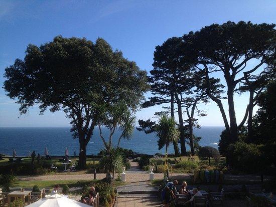Porthallow, UK: Vue depuis la chambre sur le jardin-terrasse