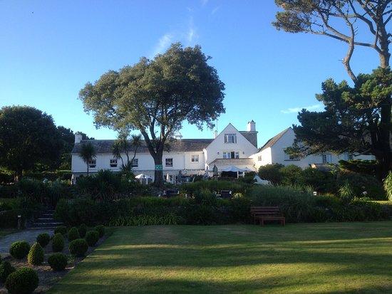 Porthallow, UK: Vue de la façade sud de l'hôtel depuis le jardin