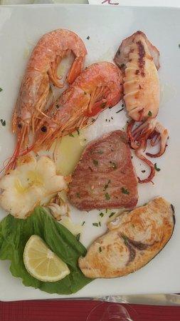 Atrani, Italia: Poissons grillés ...