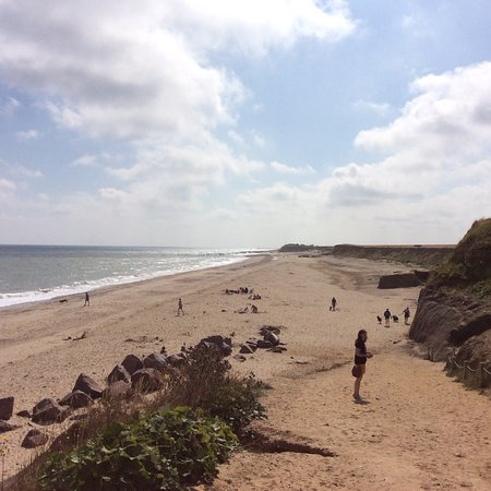 Happisburgh, UK: Large beach, fairly firm sand with a gentle slope giving access so even those who have difficult