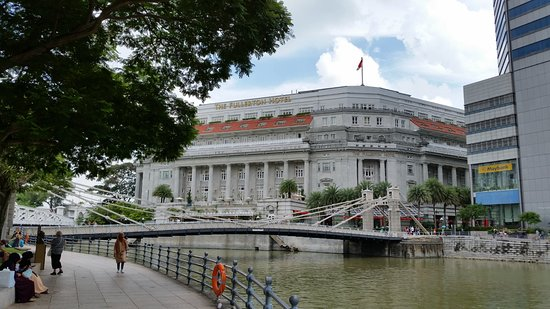The Fullerton Hotel and Cavanagh Bridge - Picture of The Fullerton ...