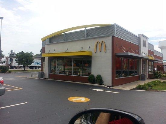 Des Plaines, IL: Front & entrance to McDonald's