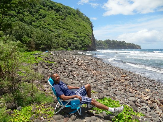 Pololu Valley Lookout: Relaxing on the beach