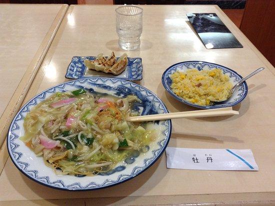 Omura, Ιαπωνία: 炒飯は油っこくて、このサイズでもきつかった。