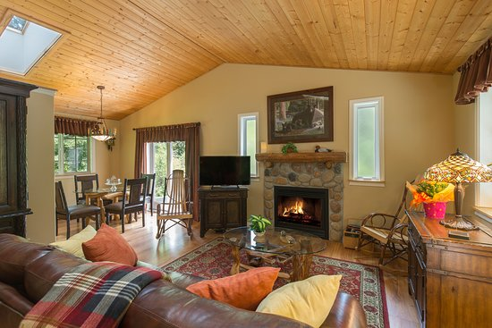 A Hidden Haven Bed and Breakfast : Woodland Retreat Living/Dining Room