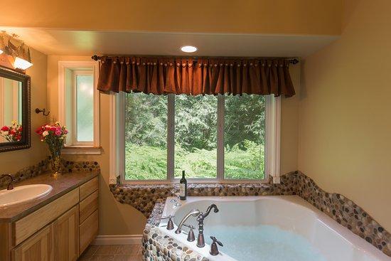 A Hidden Haven Bed and Breakfast : Luxury Bath Woodland Retreat