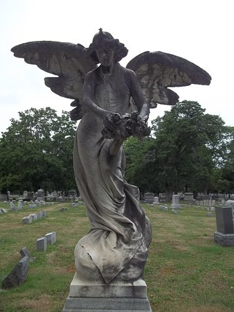 Elmira, estado de Nueva York: Angel Holding A Crown Made From Flowers