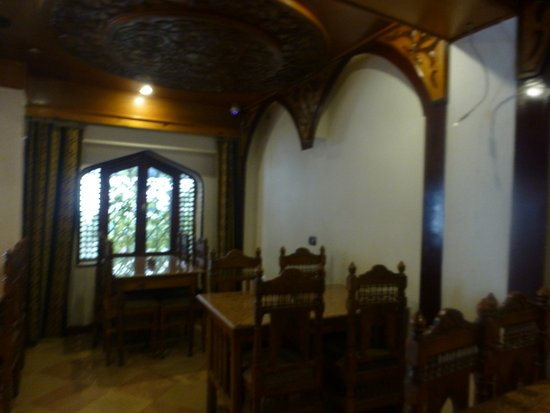 El Hussein Restaurant: 餐廳用木頭裝潢 氣氛寧靜