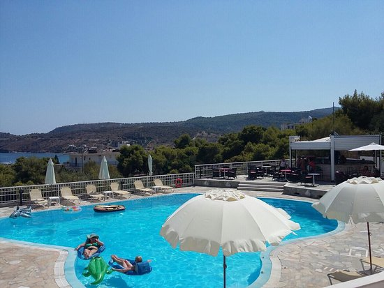 Agia Marina, Greece: The pool were we relaxed had fun and enjoy ourselves with drinks pizza and lovely ice cream from