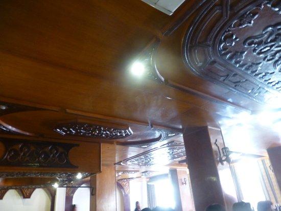 El Hussein Restaurant: 餐廳二樓的天花板雕刻