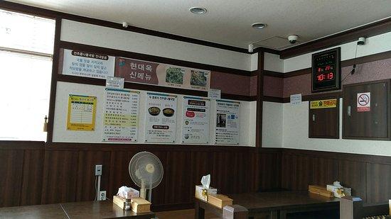 Gongju, Sydkorea: 10시에 문을 연 맛잡은 많지 않지요. 아침식사가 되는 집을 찾다가 길가 잘 보이눈 사거리에 위치한 전주콩나물국박집입니다. 저렴한 한 끼 식사용으로 괜찮을 듯. 황태해장국과