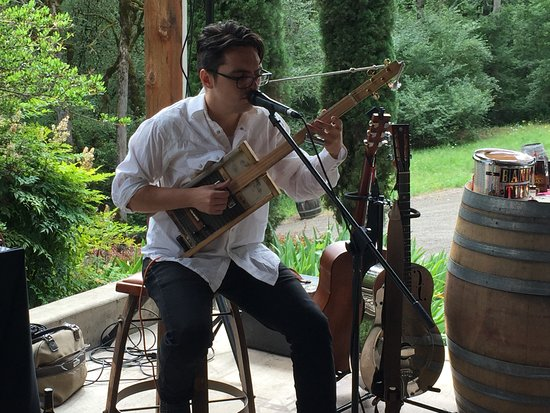 Newberg, Oregón: During the wine club event, Ben Rice playing his homemade guitar