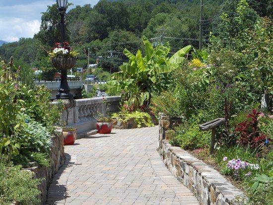 เลกลัวร์, นอร์ทแคโรไลนา: Lake Lure Flowering Bridge
