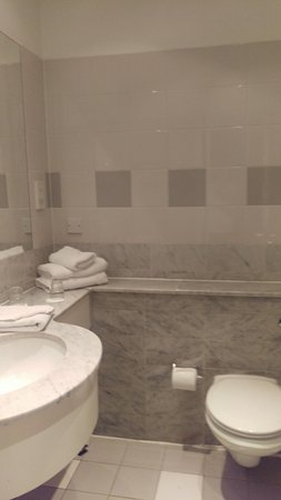 Killarney Court Hotel: bathroom