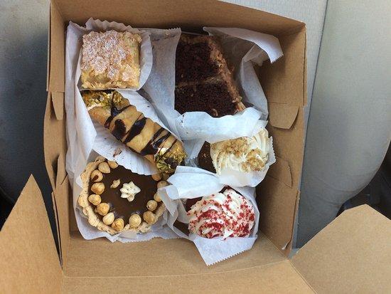 Decatur, Geórgia: Treats from the bakery! Red velvet cupcake, turtle tart (Caramel and hazelnut), lemon bar, carro