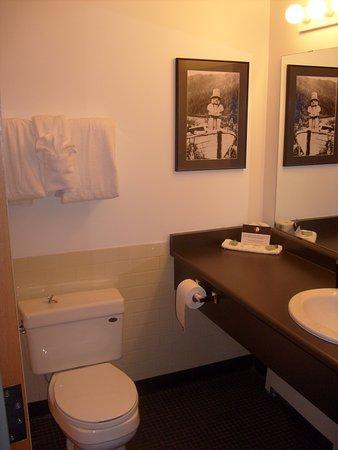Klemtu, Canadá: A clean and functional bathroom