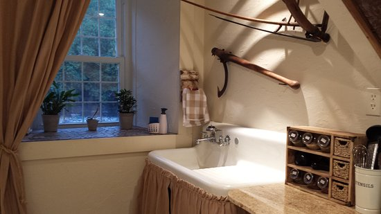 Prince Edward County, Canadá: A vintage farmhouse sink is just one charming aspect of the well-equipped kitchen