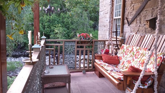 Prince Edward County, Canadá: The porch is a welcoming spot