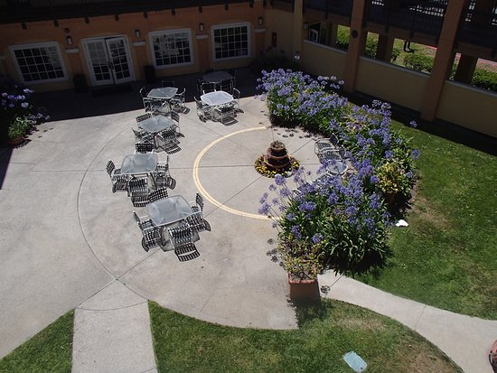 Comfort Inn & Suites San Francisco  Airport North: Exterior Courtyard Seating
