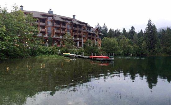 نيتا ليك لودج: View of Hotel from Dock
