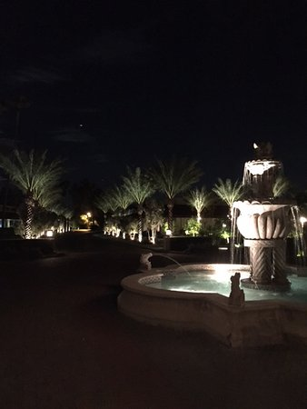 The Scottsdale Resort at McCormick Ranch: The fountain is near the entrance. Love the palm drives while driving up and driving away.