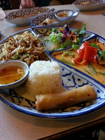 Benja Thai Restaurant: Pad Thai / Penang Curry Lunch Plate