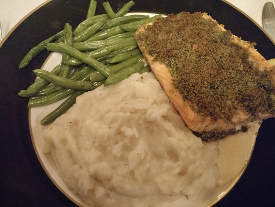 Wisconsin Rapids, WI: Herb-encrusted salmon with green beans and mashed potato