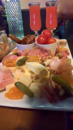 Le Tournavel : assiette de Tapas composée de Charcuterie locale, de fromages locaux et différentes petites chos