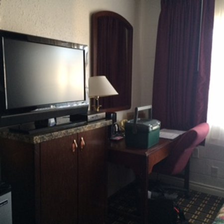 Maverick Motel: everything you need: fridge, microwave, ironing board, TV, desk, wifi